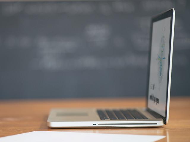 Seitenansicht Laptop auf Schreibtsich