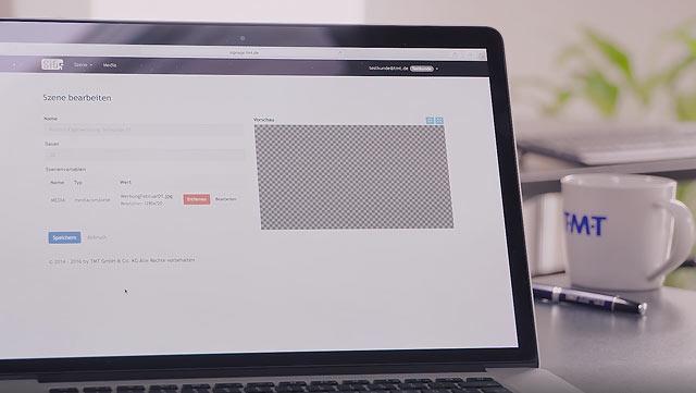 Laptop im Vordergrund mit SiG5 CMS, Hintergrund mit TMT Tasse und Stift