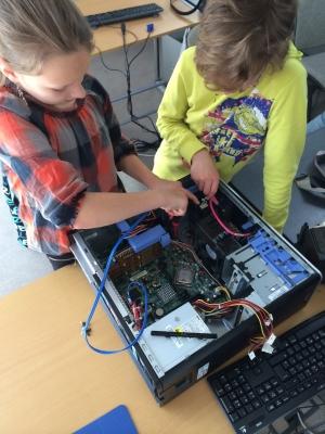zwei Mädchen beim Girlsday betrachten PC Innenleben