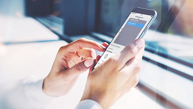 LeadLog App auf iPhone, Mann bedient die App
