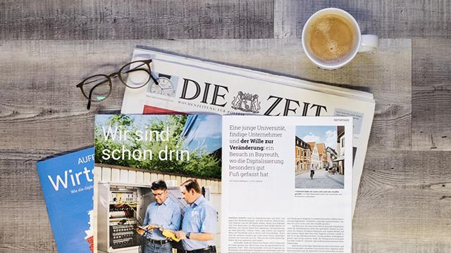 Zeitungen, Tasse, Brille
