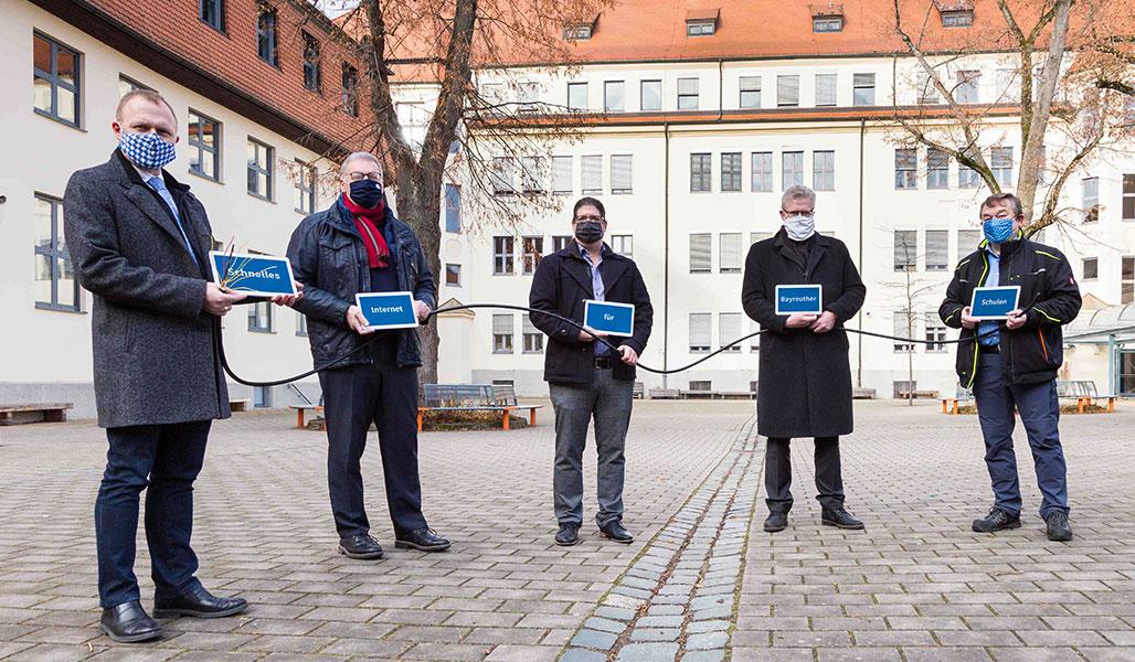 Glasfaser für die Schulen – Stadtwerke Bayreuth und TMT vor dem GMG